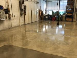 Färdigt golv med mörka fält nedspacklat till noll föra att passa in med portar - btgvast.se