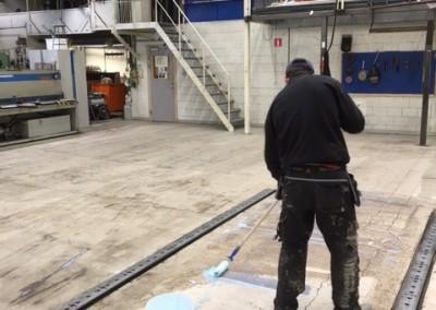 Primering av golv inför avvägning och spackling